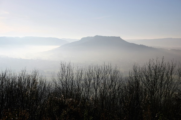 Das Walberla im Nebel