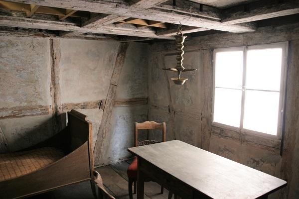Foto Zimmer mit Dachöffnung im jüdischen Museum Franken