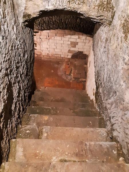 Foto Treppe zur Mikwe im jüdischen Museum Franken