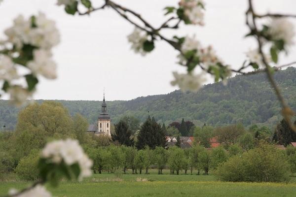 Foto Blick auf Pretzfeld in der Fränkischen Schweiz während der Kirschblüte