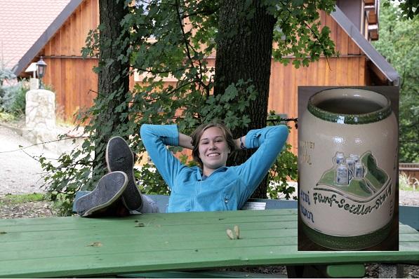 Foto Frau auf Bank mit einem Bierkrug